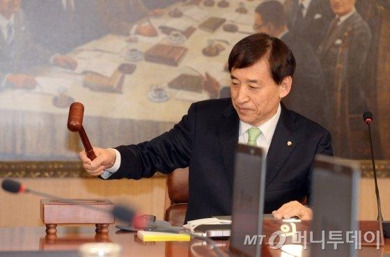이주열 한국은행 총재가 18일 오전 서울 중구 한국은행에서 열린 금융통화위원회를 주재하고 있다.