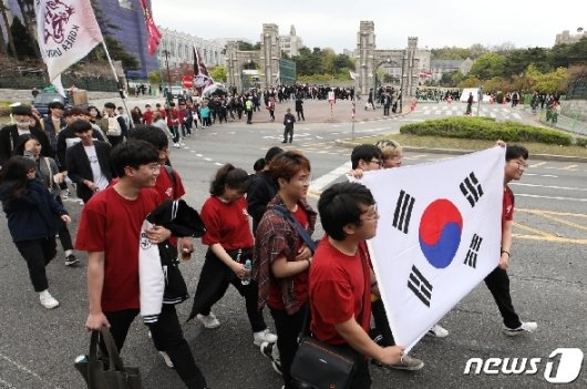 제59주년 4·19혁명 기념일을 하루 앞둔 18일 오후 서울 성북구 고려대학교에서 열린 '4·18 학생의거 기념 구국대장정'에 참가한 학생들이 4·19민주묘지로 행진하고 있다./사진=뉴스1