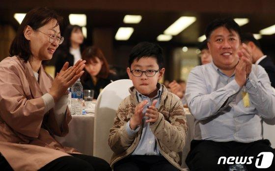 18일 오전 서울 영등포구 여의도 63빌딩에서 열린 '제39회 장애인의 날 기념식'에서 장애인 인권헌장을 낭독한 조우준 군이 행사를 보며 박수치고 있다. /사진제공=뉴스1