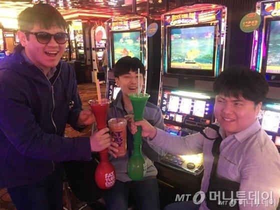 """(왼쪽부터)안제영·박준범·류창동씨. 일정 대부분이 """"맛있는 이야기와 마신 이야기""""라는 이들의 여행에서 술은 빠질 수 없는 요소였다. /사진제공=류창동씨"""