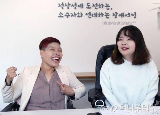 장애인 여성극단 '춤추는 허리' 연출가 겸 배우 서지원씨(왼쪽)과 활동가 진성선씨. / 사진=홍봉진기자 honggga@