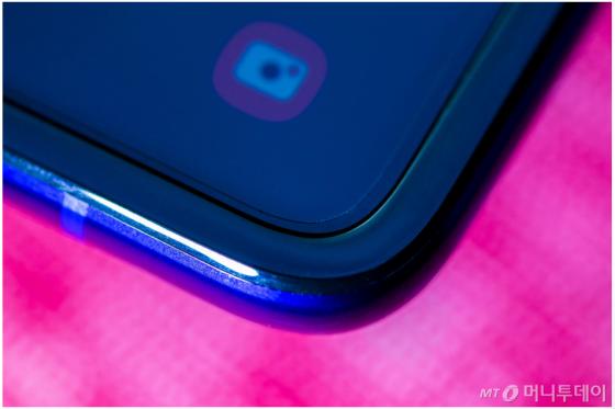갤럭시폴드를 자세히 살펴보면 마치 필름처럼 생긴 화면 보호막이 부착돼 있는 것이 눈에 띈다. /출처=CNET