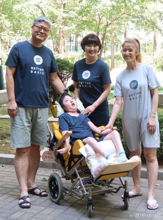 (왼쪽 두번째부터)뇌병변장애인 딸, 박주현 베터베이직 대표가 함께 베터베이직 의류를 입고 찍은 가족사진 /사진제공=베터베이직