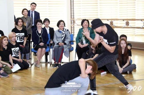 김정숙 여사에게 NCT 노래 '블랙 온 블랙'에 맞춰 춤공연을 펼치는 카자흐스탄 나자르바예프 대학 동아리 '여보세요' 학생들/사진=청와대
