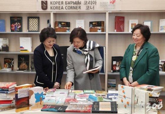 김정숙 여사가 카자흐스탄 나자르바예프 대학교 도서관의 코리아코너를 둘러보고 있다./사진=청와대