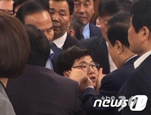자유한국당은 24일 문희상 국회의장실을 항의방문해 오신환 바른미래당 의원의 국회 사법개혁특별위원회 위원직 사보임을 불허하라고 촉구하는 과정에서, 문 의장이 항의하는 임이자 한국당 의원에게 논란의 소지가 있는 신체접촉을 했다며 문 의장의 즉각 사과를 촉구했다.  특히 한국당은 법률검토 후 문 의장을 성추행 혐의로 고발조치 할 것이라고 예고하기도 했다. 사진은 자유한국당이 여성의원에 대한 &#39;신체접촉&#39; 의혹을 제기하고 있는 문 국회의장이 임 의원의 볼을 만지는 모습. (송희경 의원실 제공) 2019.4.24/뉴스1  <저작권자 &copy; 뉴스1코리아, 무단전재 및 재배포 금지>