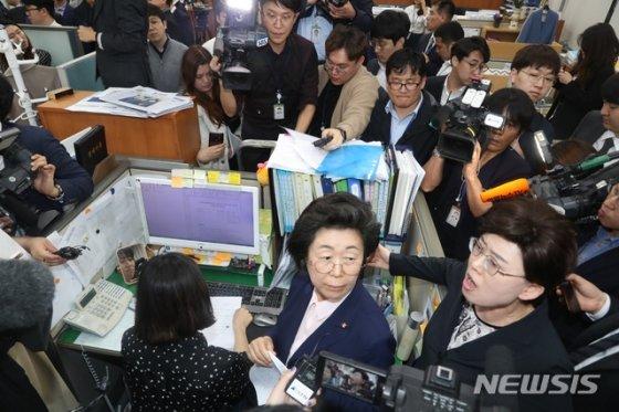 이은재 자유한국당 의원(가운데 중앙)이 의안과 접수를 보며 무효를 주장하고 있다/사진=뉴시스<br />