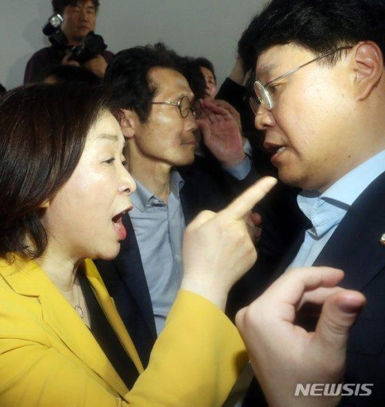 심상정 정개특위 의장(왼쪽)과 장제원 자유한국당 의원(오른쪽)이 대립하고 있다/사진=뉴시스