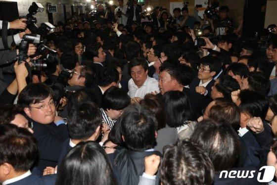 자유한국당 의원들이 25일 오후 서울 여의도 국회 의안과 앞에서 방호과 직원들과 몸싸움을 벌이고 있다./사진=뉴스1