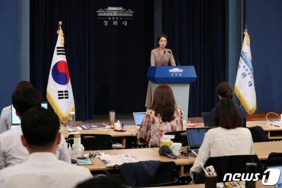 고민정 청와대 신임 대변인이 지난달 25일 서울 종로구 청와대 춘추관에서 브리핑을 갖고 인사말을 하고 있다./사진=뉴스1