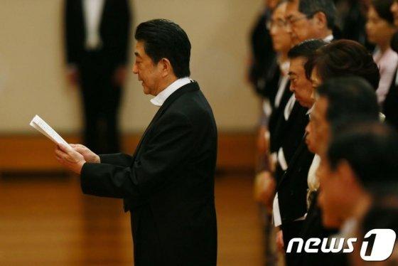 """(도쿄 로이터=뉴스1) 우동명 기자 = 아베 신조 일본 총리가 1일(현지시간) 도쿄의 왕궁에서 열린 나루히토 새 일왕의 즉위행사에서 인사말을 하고 있다. 아베 총리는 이날 """"격동하는 국제정세 속에서 평화롭고, 희망 넘치고, 자부심 있는 일본의 빛나는 미래를 만들어나가겠다""""고 밝혔다.  © 로이터=뉴스1  <저작권자 © 뉴스1코리아, 무단전재 및 재배포 금지>"""