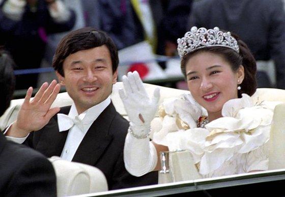 【도쿄=교도통신·AP/뉴시스】나루히토 일본 왕세자가 5월 1일 국왕으로 즉위한다. 사진은 1993년 6월 9일 도쿄에서 결혼식을 마친 후 마사코 비와 손을 흔들고 있는 모습. 2019.04.30
