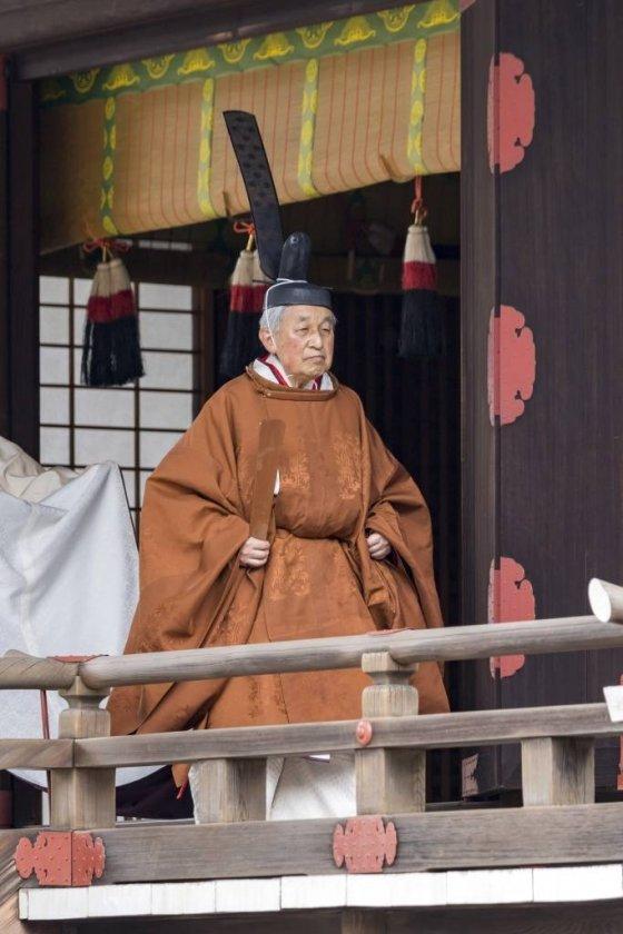【도쿄=궁내청·AP/뉴시스】아키히토(明仁)  일왕(맨 앞)이 30일 도쿄(東京) 지요다(千代田)구에 위치한 왕궁 내 신전인 규추산덴(宮中三殿)에서 조상들에게 자신의 퇴위를 보고한 후 걸어가고 있다. 사진은 일본 궁내청이 AP통신에 제공한 것이다. 2019.04.30