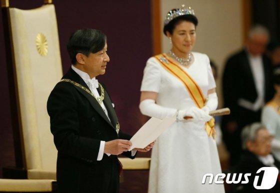 """(도쿄 로이터=뉴스1) 우동명 기자 = 나루히토 새 일왕이 1일(현지시간) 도쿄의 왕궁에서 열린 즉위행사에서 소감을 밝히고 있다. 나루히토일왕은 이날 """"국민의 행복과 국가의 발전, 세계평화를 간절히 희망한다""""고 밝혔다.   © 로이터=뉴스1  <저작권자 © 뉴스1코리아, 무단전재 및 재배포 금지>"""
