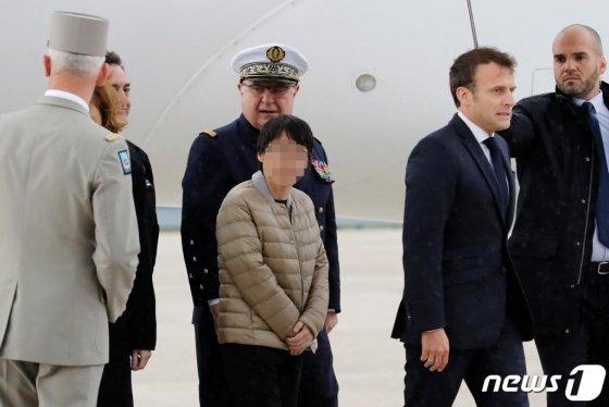 프랑스 파리 공군기지에 도착한 장씨 모습./사진=뉴스1, 로이터