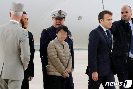 신원미상의 한국인 여성 1명이 11일(현지시간) 아프리카 서부 부르키나파소의 무장단체 납치범들에게 붙잡혀 억류돼 있다 풀려나 프랑스 파리 인근 빌라쿠블레 군 비행장에 무사히 도착했다. 이날 공항에는 마크롱 대통령이 직접 마중을 나와 석방된 3명을 맞이했다. 함께 구출된 미국인 여성은 이들과는 별도로 미국으로 이송 절차를 밟고 있는 것으로 알려졌다. /사진=뉴스1