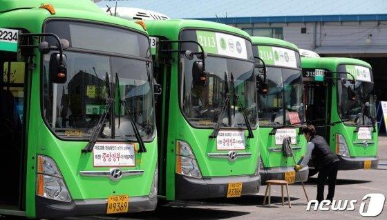 전국 버스노조 총파업을 하루 앞둔 14일 오후 서울 중랑공영차고지에 버스가 주차돼 있다. 버스 노조는 이날 밤 12시까지 노사가 합의에 이르지 못할 경우 다음날 첫 차부터 전면 파업에 돌입한다. 버스 노조는 주 52시간제 시행으로 감소하는 임금을 보전하고, 부족한 인력도 충원할 것을 요구하고 있다./사진제공=뉴스1