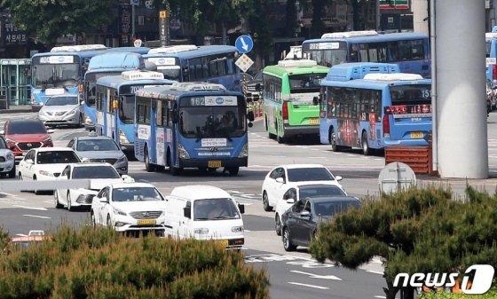서울과 부산, 대구 등 전국 9개 시·도지역 버스 노조가 오는 15일부터 파업에 돌입한다. 한국노총 자동차노련은 지난 8∼9일 양일간 진행된 파업 찬반 투표에서 96.6%의 압도적 찬성으로 총파업을 결의했다. 사진은 서울역 버스 환승센터에서 버스들이 줄지어 지나는 모습. /사진제공=뉴스1