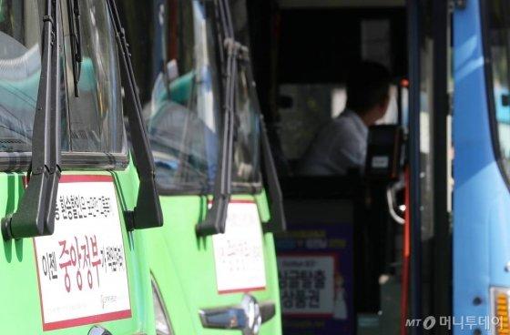 서울시버스노조가 이달 9일 오후 버스 파업 찬반여부를 결정하는 투표를 실시한 가운데 서울시 은평구의 한 공영차고지에 버스들이 주차돼 있다. / 사진=김휘선 기자 hwijpg@