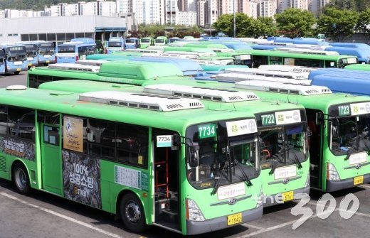 서울시버스노조가 지난 9일 오후 버스 파업 찬반여부를 결정하는 투표를 실시한 가운데 서울시 은평구의 한 공영차고지에 버스들이 주차돼 있다. / 사진=김휘선 기자 hwijpg@