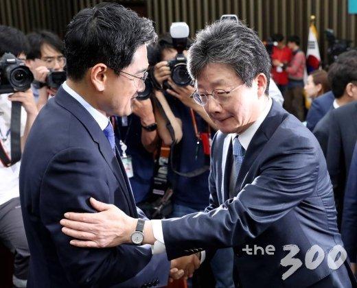 바른미래당 원내대표에 선출된 오신환 의원이 15일 오전 서울 여의도 국회에서 유승민 의원과 악수를 나누고 있다. /사진=홍봉진 기자