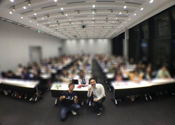 AV 배우 시미켄(왼쪽)은 일본 와세다대, 츄오대 등에서 성교육 강의회를 열고 있다. /사진=트위터