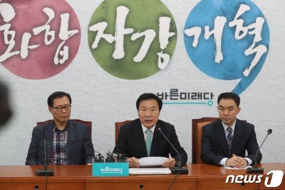 손학규 바른미래당 대표(가운데)가 16일 오후 서울 여의도 국회에서 기자회견을 갖고 거취를 밝히고 있다. /사진=뉴스1