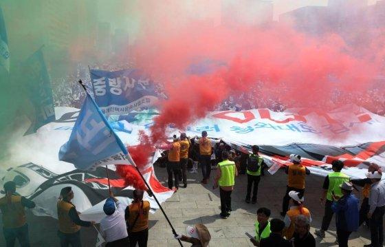 15일 오후 서울 종로구 광화문 광장에서 개인택시운송사업조합 주최로 열린 '타다 퇴출 요구 집회'에서 참석자들이 '타다 OUT'이란 문구가 적힌 현수막을 찢는 퍼포먼스를 하고 있다. 2019.05.15.    /사진=뉴시스