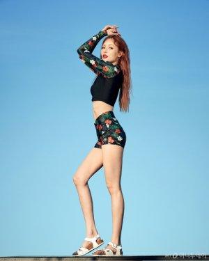 현아, 화려한 플로럴 래시가드 입고…각선미 '슬림'