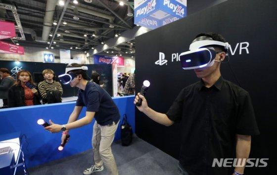2019 플레이엑스포(PlayX4)가 열린 경기 고양시 일산서구 킨텍스 제2전시장에서 관람객들이 게임을 즐기고 있다.
