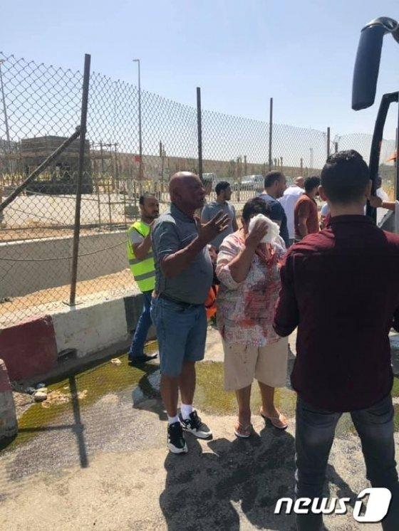 이집트 기자 피라미드 인근에서 19일(현지시간) 관광객들의 버스를 상대로 한 폭탄 테러가 발생해 최소 12명이 부상을 당했다. <출처=영국 미러 갈무리> © 뉴스1