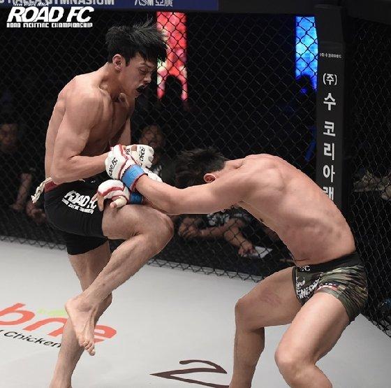 로드FC 데뷔전에서 TKO승을 따낸 윤태영(왼쪽). /사진=로드FC 제공<br /> <br />