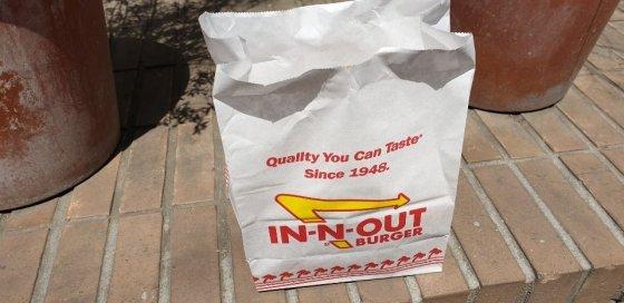 인앤아웃 버거의 햄버거 포장지 모습.한 시민의 협조를 구해 촬영했다./사진=이호길 인턴기자