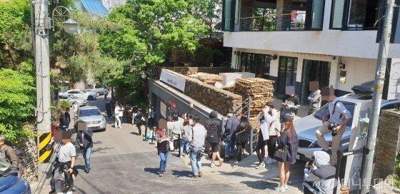인앤아웃 버거 매장에 입장하기 위해 기다리고 있는 시민들의 모습이다./사진=이호길 인턴기자
