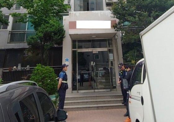 일가족 3명이 흉기에 찔려 숨진 아파트를 경찰이 출입통제하고 있다. /사진제공=뉴스1