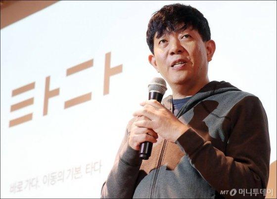 쏘카 이재웅 대표가 21일 오전 서울 성동구 헤이그라운드에서 열린 택시시 협업 모델 '타다 프리미엄' 미디어 데이에서  취재진 질의에 답하고 있다. / 사진=김창현 기자 chmt@