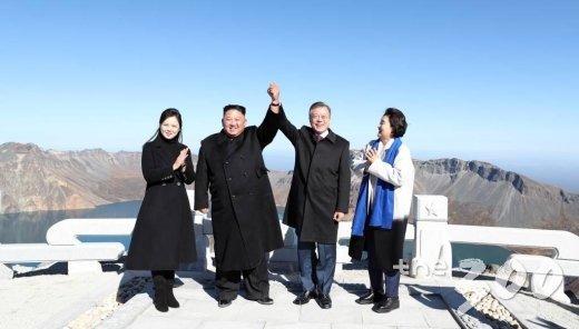 지난해 9월20일 오전 문재인 대통령과 김정은 국무위원장이 백두산 정상인 장군봉에 올라 손을 맞잡아 들어올리고 있다./사진=평양사진공동취재단