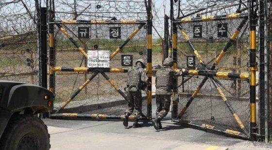 22일 군인들이 강원도 철원군 'DMZ 평화의 길' 코스 중 화살머리 고지로 들어서는 출입구인 57통문을 개방하고 있다. 정부는 지난달 27일 고성 구간을 1차로 개방한 데 이어 오는 6월 1일부터 철원 구간을 민간에 개방하기로 하고 20일부터 참가자 신청을 받는다고 밝혔다. 이번에 개방되는 철원 구간은 15㎞이며, 차량과 도보로 이동하는 데 3시간 정도가 걸린다. / 사진=사진공동취재단