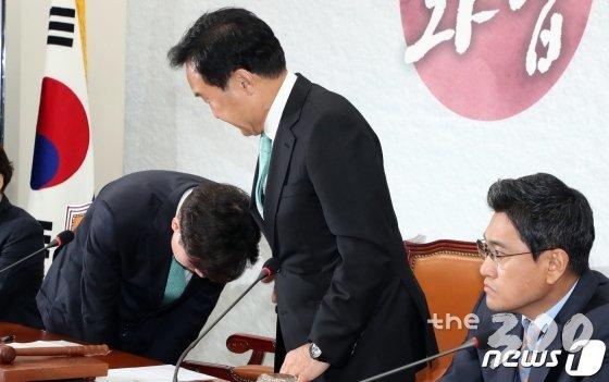 하태경 바른미래당 의원(왼쪽)이 24일 서울 여의도 국회에서 열린 임시 최고위원회의에서 손학규 대표(가운데)에게