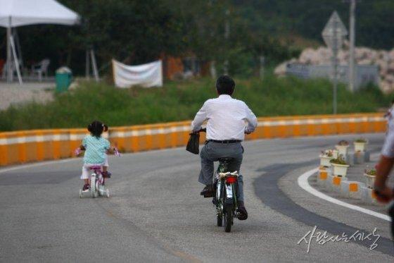 2008년 9월 노 전 대통령과 노서은양이 봉하마을 골목길에서 자전거를 타고 있다./사진=사람사는세상 노무현재단