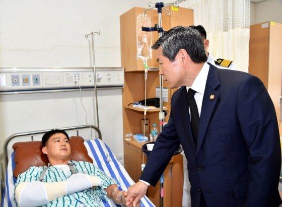 정경두 국방부 장관이 25일 진해 해군해양의료원을 방문해 청해부대 입항 사고로 입원한 장병을 위로하고 있다. /사진=해군 제공
