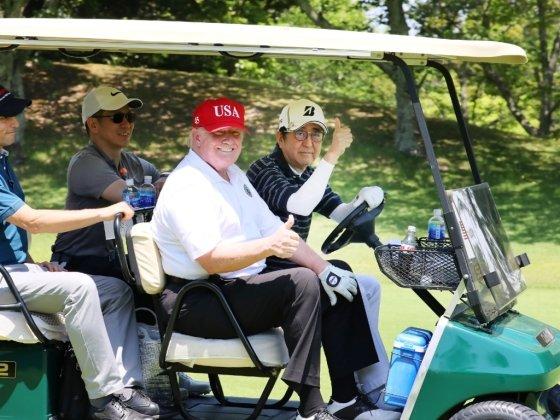 26일 직접 골프 카트를 운전 중인 아베 총리와 옆자리에 앉은 트럼프 대통령. /사진=AFP