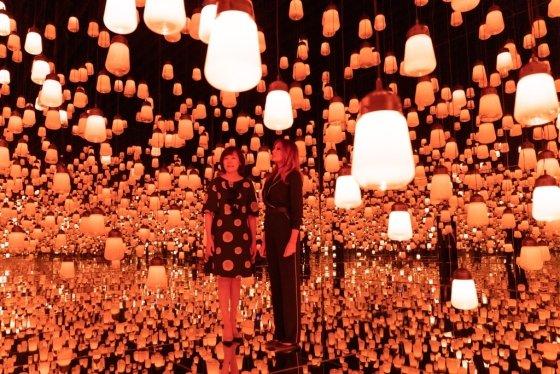 26일 도쿄 오다이바의 디지털 아트 미술관을 방문한 멜라니아 트럼프 여사(오른쪽)와 아베 아키에 여사. /사진=AFP