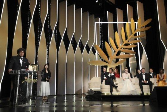 봉준호 감독이 25일(현지시간) 프랑스 칸에서 열린 제 72회 칸국제영화제 폐막식에서 '기생충'으로 최고영예인 황금종려상을 수상한 후 수상소감을 밝히고 있다./사진=뉴시스
