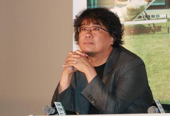 영화 '기생충'으로 칸 영화제에서 황금종려상을 받은 봉준호 감독이 지난달 28일 오후 서울 용산 CGV에서 열린 언론시사회에 참석해 취재진의 질문을 받으며 생각에 잠겨 있다./사진=이동훈 기자 photoguy@