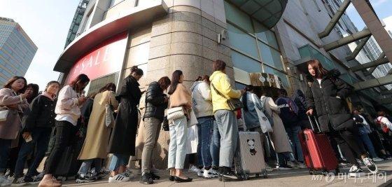 서울 소공동 롯데백화점 면세점에 늘어선 중국인 관광객의 모습 /사진=머니투데이DB