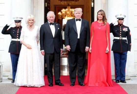 영국을 국빈방문 중인 도널드 트럼프 미국 대통령이 4일(현지시간) 런던 리젠트 파크 근처 미국 대사의 관저인 윈필드 하우스에 찰스 왕세자과 카밀라 왕세자빈을 초대했다. 사진은 왼쪽부터 카밀라 왕세자빈, 찰스 왕세자, 트럼프 대통령, 멜라니아 트럼프 여사. /사진=/AFPNews=뉴스1