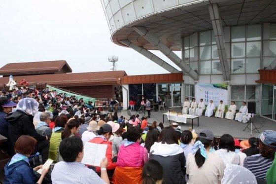 6일 염수정 추기경과 명동대성당 신자 500여 명이 강원 정선군 하이원리조트 하이원탑에서 미사를 봉헌하고 있다. /사진=강원랜드