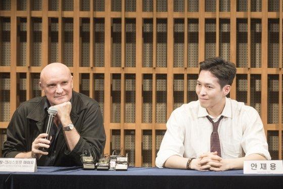 모나코 몬테카를로 왕립발레단의 장-크리스토프 마이요 예술감독(왼쪽)과 안재용 수석무용수. /사진제공=마스트미디어<br />