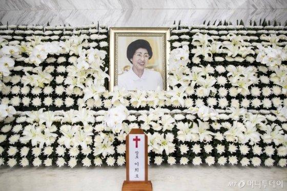 지난 11일 오전 서울 서대문구 신촌세브란스병원 장례식장에 마련된 고 이희호 여사의 빈소에 영정과 위패가 놓여있다./사진=김창현 기자 chmt@